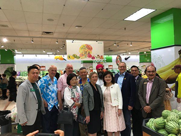 圖:第二屆台灣蔬果節正在卑詩與亞省展開,免費品嚐與購買來自「水果王國」台灣的優質蔬果。圖為嘉賓來到水果攤位處。(邱晨/大紀元)