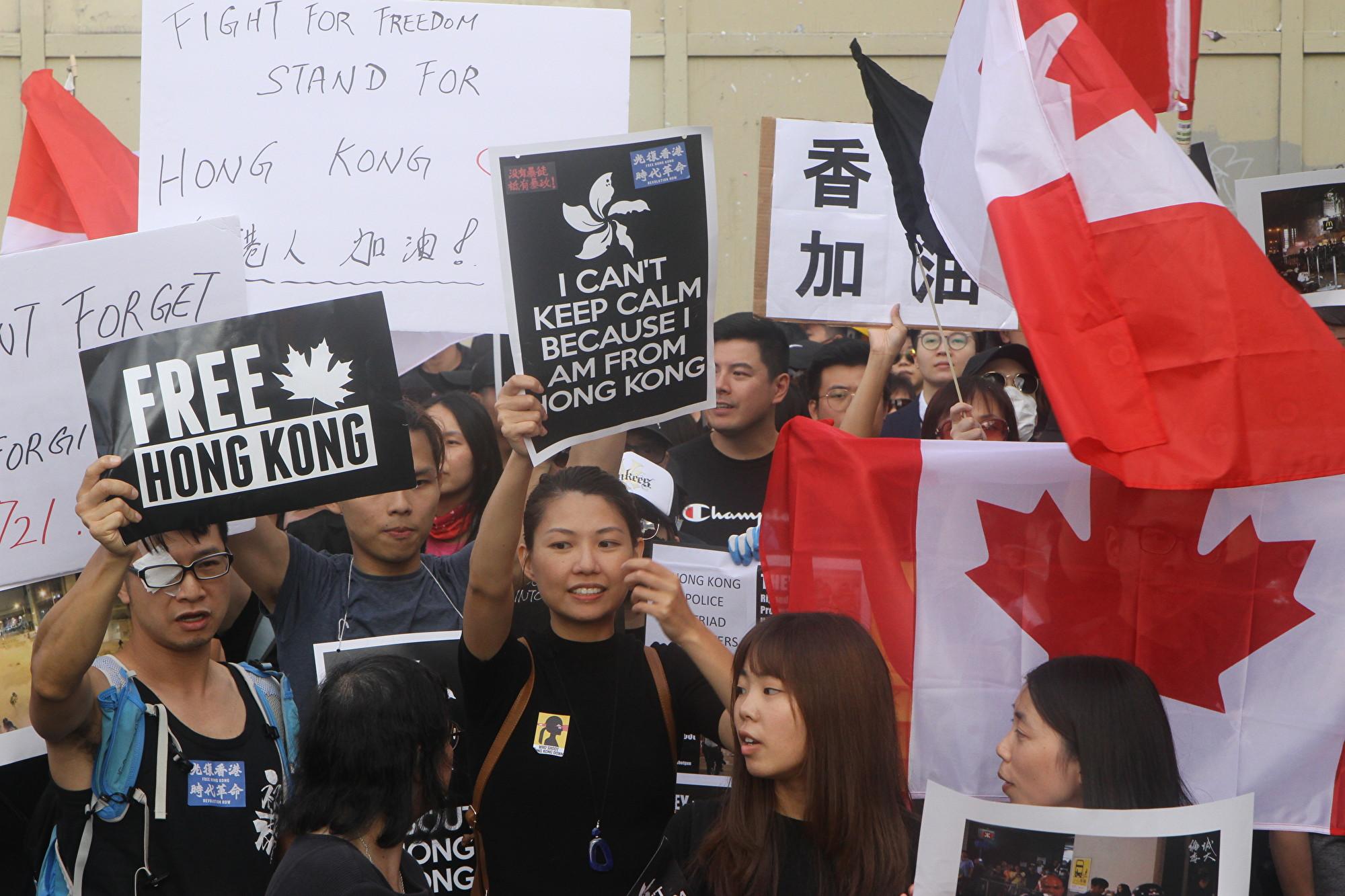 8月17日下午,一些溫哥華的香港人計劃在百老匯街City-Hall天車站外向行人講香港反送中真相,遭遇中國大陸留學生干擾,圖為香港人作出回應向中國學生展示條幅。(蘇燦/新唐人)