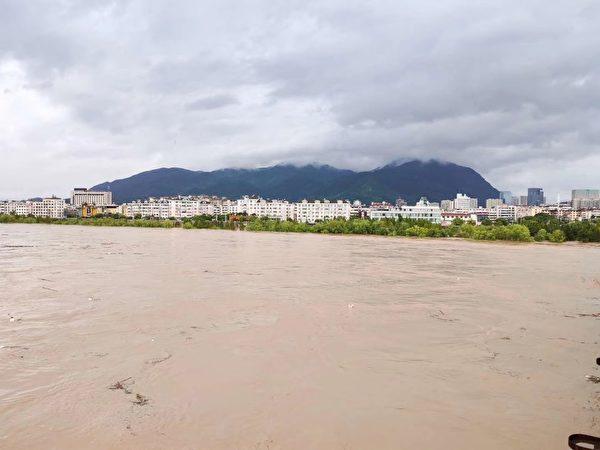 颱風利奇馬過後,台州臨海市的望江門城門被衝破,江水直灌城區。(大紀元)