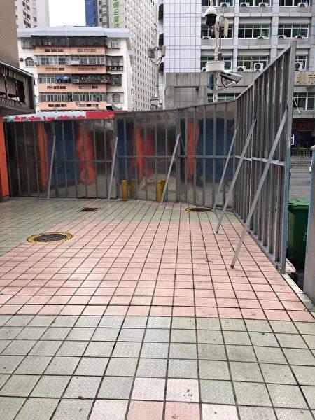 深圳蔡屋圍城中村改造項目出現上千最底層商戶沒有任何賠償,被斷電、斷水、封路等手段逼遷。圖為拆遷方設置的圍檔。(受訪者提供)