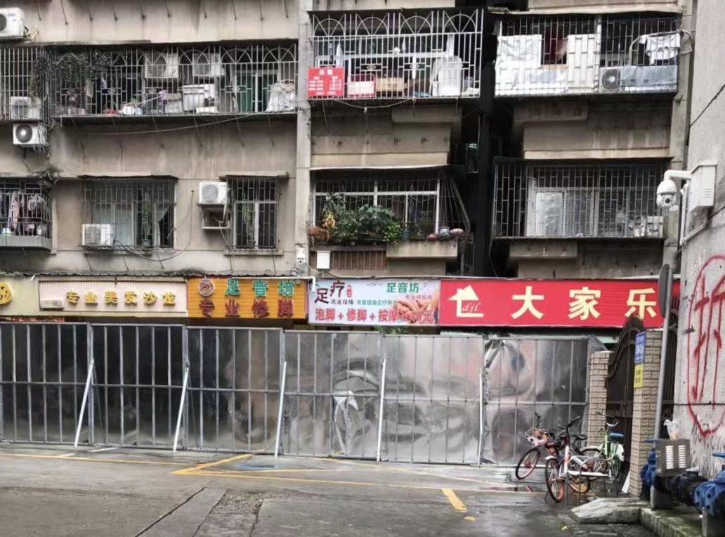 深圳蔡屋圍城中村改造項目出現上千最底層商戶沒有獲得任何賠償,被斷電、斷水、封路等手段逼遷的情況。圖為拆遷方設置的圍檔。(受訪者提供)