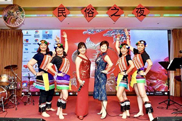 图:北一女加拿大校友会8月18日应邀出席台湾民俗之夜,载歌载舞演出掳获现场观众的心。(校友李宁提供)