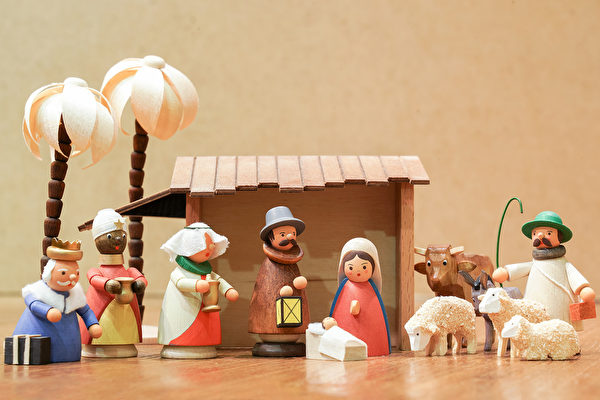 陳億青發現德國音樂盒多以耶穌誕生、天使等宗教為主題,距離台灣人生活太遠。(龔安妮/大紀元)