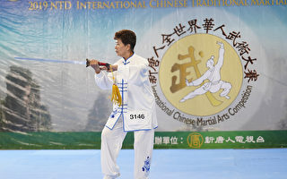 台灣選手劉淑芹在新唐人舉辦的第六屆全世界華人武術大賽複賽上表演武當劍。(戴兵/大紀元)