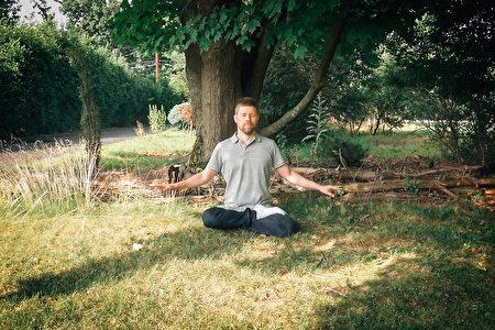 38歲IT人士奧利(Olli Torma)近日在紐約上州的一片草坪中靜坐修煉。(奧利提供)
