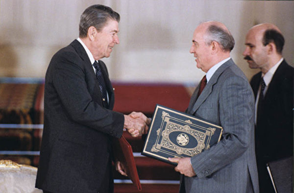 1988年,美國前總統列根和前蘇聯領導人戈巴卓夫在《中導條約》生效後後握手。(維基百科公有領域)