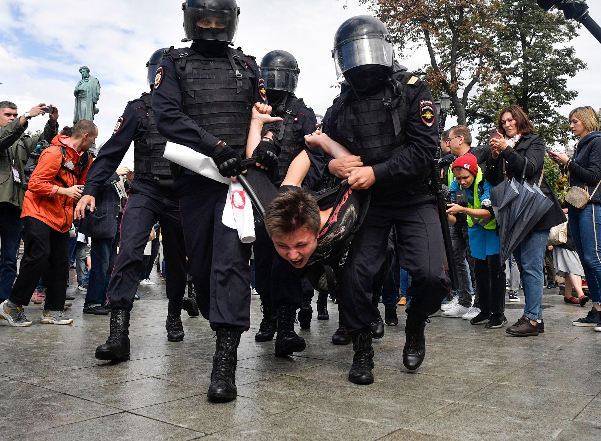 2019年8月3日,莫斯科普希金廣場,防暴警察拘留一名參加未經官方批准抗議集會的男子,該集會要求進行公正的選舉。此前,克林姆林宮拒絕讓受歡迎的反對派候選人參加下個月的市議會選舉。為此,民眾開展了一系列的抗議活動。(ALEXANDER NEMENOV/AFP/Getty Images)