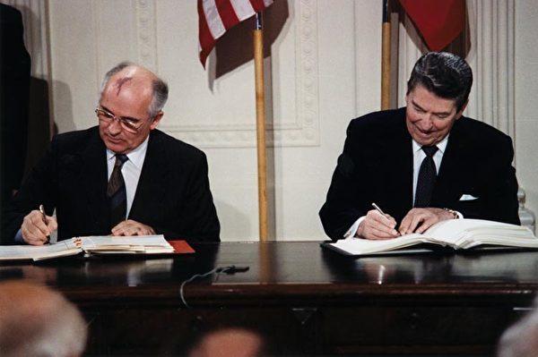 1987年,美國前總統列根和前蘇聯領導人戈巴卓夫簽署了《中程核導彈條約》。(維基百科公有領域)