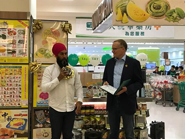 """图:第二届台湾蔬果节正在卑诗与亚省展开,免费品尝与购买来自""""水果王国""""台湾的优质蔬果。(邱晨/大纪元)"""