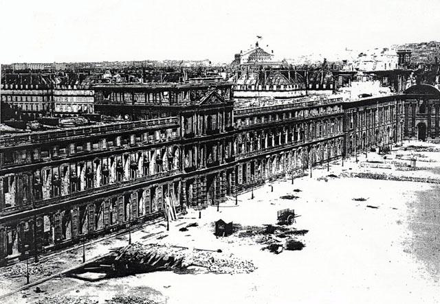1871年5月,巴黎公社縱火焚燒後,法國王宮杜伊勒裏宮只餘下框架。(公有領域)
