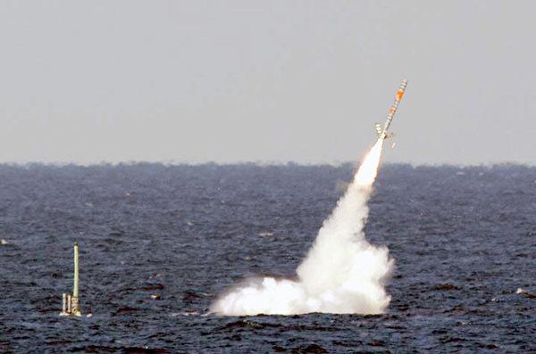 2003年1月,美國從海上發射的一枚戰斧巡航導彈。(維基百科公有領域)