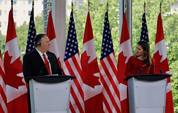 美國國務卿蓬佩奧周四訪問加拿大,下午在國家藝術中心與外交部長方慧蘭會談。(任喬生/大紀元)