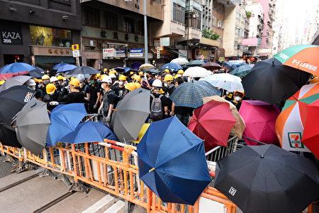 示威者建立防線。 (宋碧龍/大紀元)