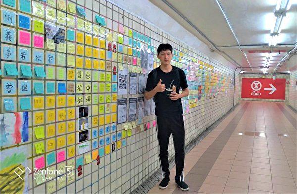 趕著上班的沈先生也停下腳步,表示願意加入「連儂牆」行動,挺香港人爭取民主自由。(黃玉燕/大紀元)