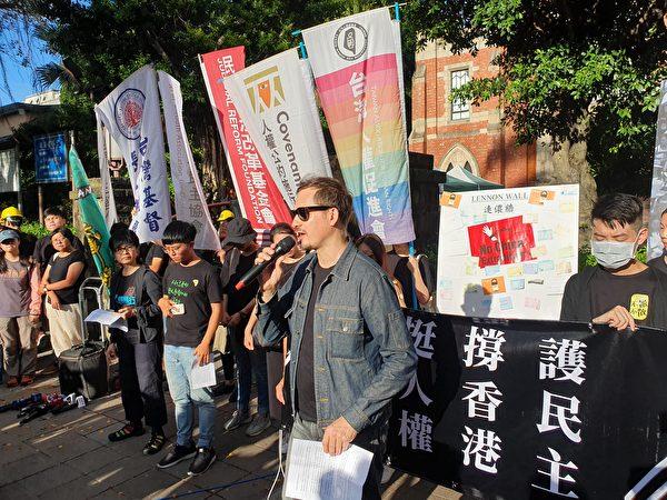 無國界記者組織(RSF)東亞辦事處行政總裁艾維昂(中)向香港政府提出5點訴求。(吳旻洲/大紀元)