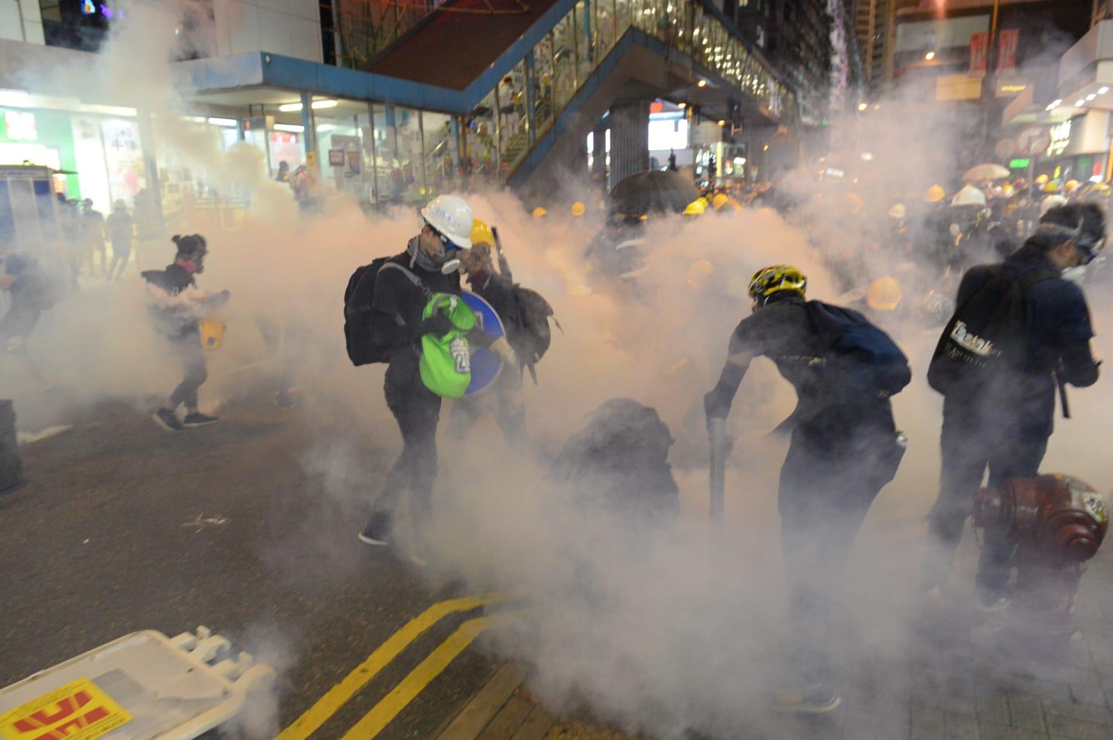 香港警方自6月以來發射超過千枚催淚彈,大紀元新唐人記者在前線採訪多次中彈。但不畏艱險,堅持報道第一線真相給讀者。(宋碧龍/大紀元)