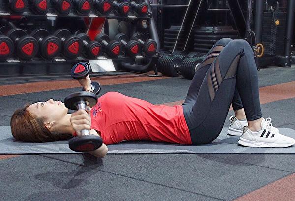 消除腋下贅肉的訓練之一:啞鈴反向飛鳥。(World Gym提供)