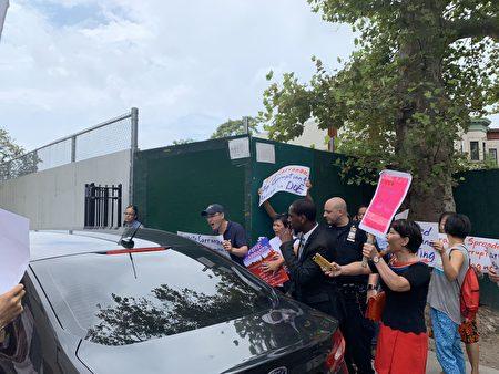 教育总监卡兰萨不下车、回避华人的抗议,但华人家长仍把抗议标语举到了他的车窗旁。