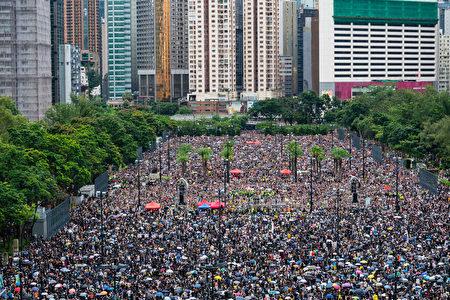 """""""民间人权阵线""""18日在维多利亚公园发起""""流水式集会"""",要求香港政府撤回《逃犯条例》修订,尽管天候不佳,但人潮仍挤满6个足球场。"""