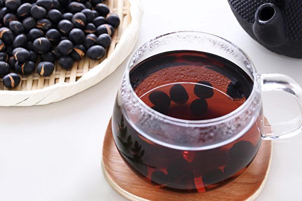 黑豆水含豐富的花青素等營養素,有助於抗癌、預防腦中風等疾病。(Shutterstock)