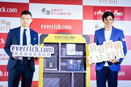 昇恒昌免税店进军O2O,26日邀请艺人凤小岳(右)站台,宣布推出周年庆优惠,祭出最高30%折扣优惠。