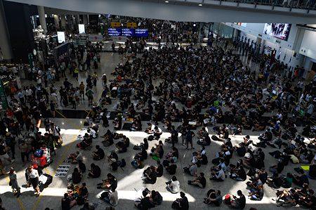 13日香港機場的反送中集會。(AFP)