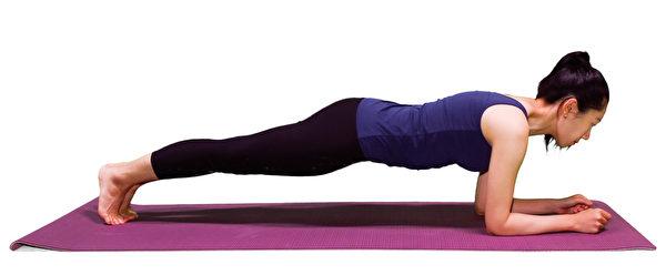 强化腰部核心肌群的动作之一:棒式。(李晴照摄)