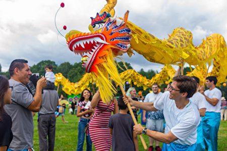 草坪上的舞獅表演與民眾互動。