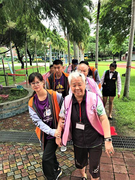 一早九点,学生们站在校门口迎接,一对一搀扶长辈入场。