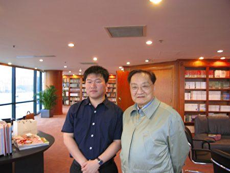 郭競雄為創作「天龍八部」,在香港與金庸見面。(RFA提供)