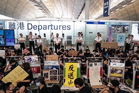 图为13日香港机场的反送中集会。