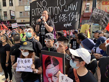 抗議人士用染紅的布蒙右眼,抗議香港警察近距離開槍致使一女示威者眼球爆裂。(蔡溶/大紀元)
