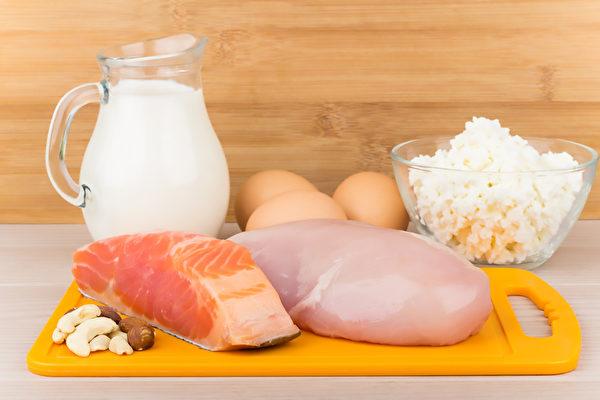 从饮食中摄取维生素D等8种营养素,帮你提升睡眠品质。(Shutterstock)