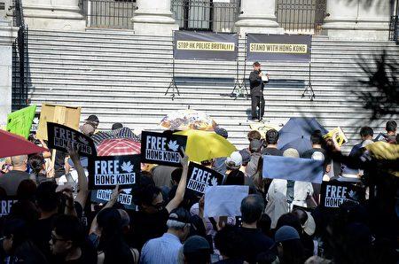 2019年8月3日,千名溫哥華人在藝術館前集會,支持香港示威者反送中,要雙普選。(李樂/大紀元)