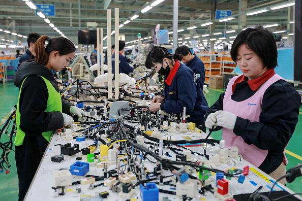 中美角力場域不斷擴大,雖然台灣現階段ICT產業出口表現亮眼,但供應鏈也勢必面對重組問題。(STR/AFP/Getty Images)