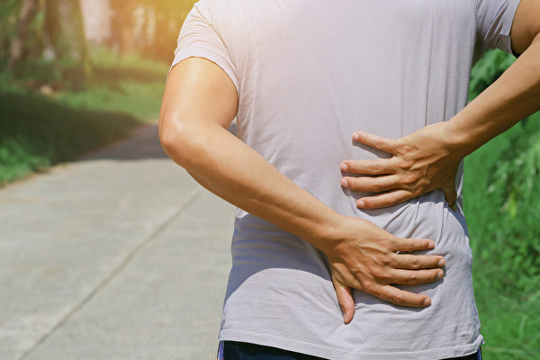 腰背痛是非常常见的问题,且有年轻化趋势,如何预防、改善腰背部酸痛僵硬?(Shutterstock)
