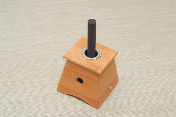 木盒温灸器适合于薰脐疗法,因肚脐比较容易烫伤。(Pixabay)
