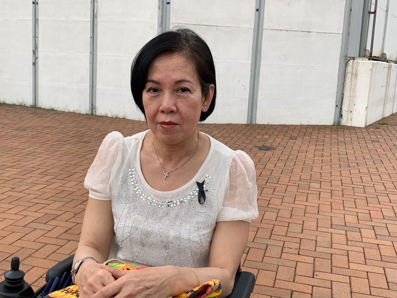8月2日醫護界集會上人們簽名聲援被抓護士,Joyce小姐向大紀元記者表示香港市民已經忍無可忍了。(駱亞/ 大紀元)