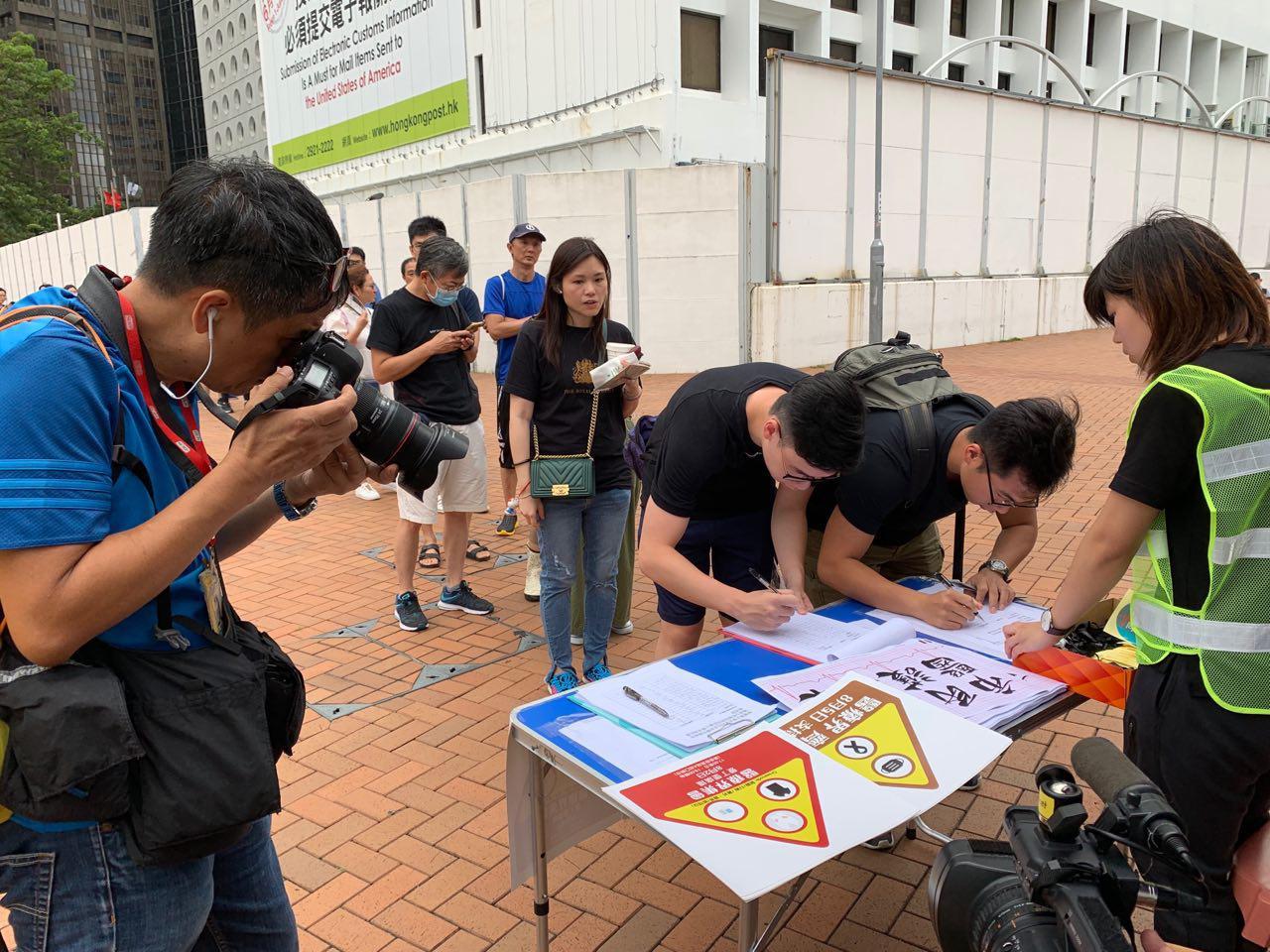 8月2日醫護界集會還沒有開始,聲援被抓的護士簽名已經開始排隊。(駱亞/ 大紀元)