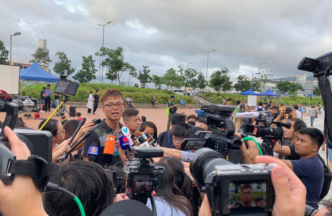 8月2日醫護人員集會的發起人劉凱文開始接受媒體採訪。(駱亞/ 大紀元)