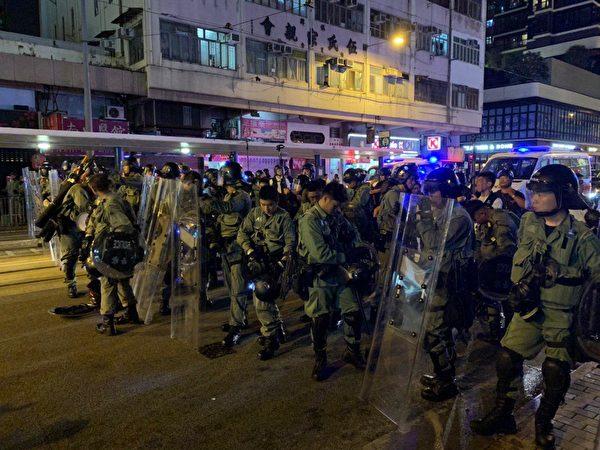 8月4日,示威者港島西遊行後,警方施放催淚彈驅離。圖為警方從西環撤退。(李逸/大紀元)