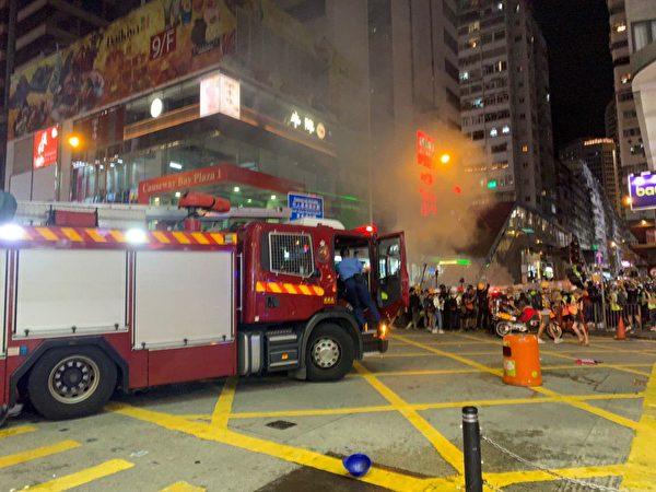 8月4日晚,銅鑼灣波斯富街,停靠的救火車。(李逸/大紀元)