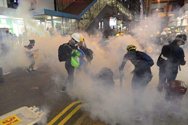 8月4日晚,銅鑼灣,警察開始發射催淚彈,驅散示威者。(宋碧龍/大紀元)