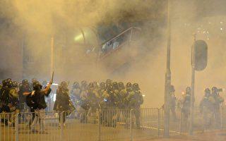 黃大仙警署內外,警方武力升級,防暴警瘋狂向示威者發射催淚彈及橡膠子彈