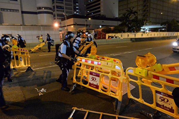 8月10日晚,警察把障礙物拆除。(宋碧龍/大紀元)