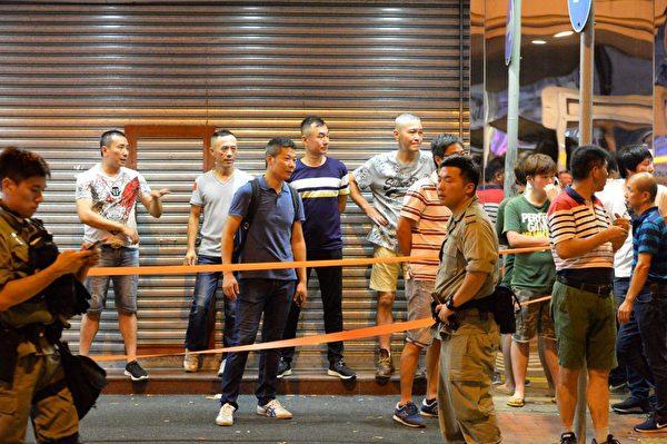 8月11日晚,北角富臨皇宮,聚集著福州幫,但附近不少警力看著。(宋碧龍/大紀元)