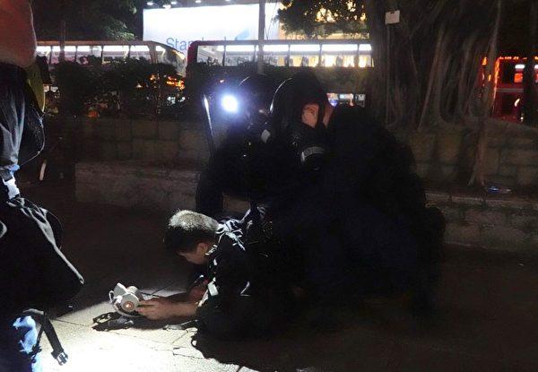 8月18日晚,尖沙咀,警察發射催淚彈驅趕並抓捕示威者。(余鋼/大紀元)