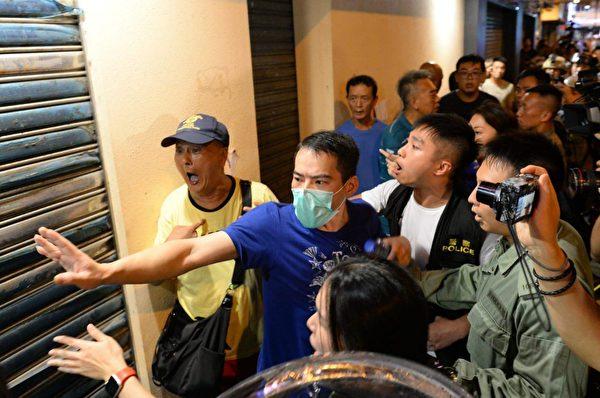 8月11日晚,北角的福州幫被警察保護到離開 。(宋碧龍/大紀元)