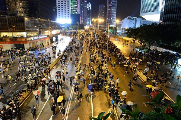 8月18日,金鐘夏愨道,大批參加維園集會的民眾經過這裏。(宋碧龍/大紀元)