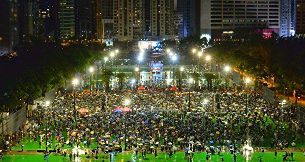 8月18日,將近晚上9時,維園仍有大批市民聚集。(大紀元)